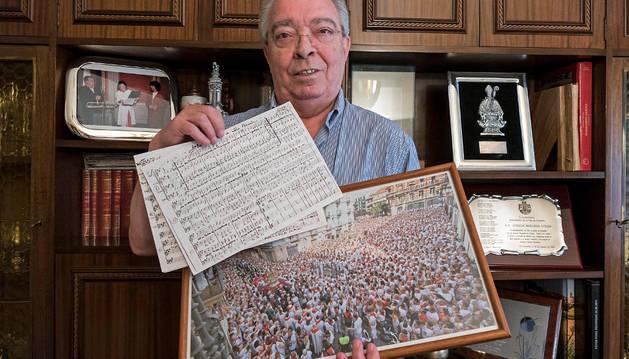 Joaquín Madurga Oteiza, el lunes en su casa de Logroño, con recuerdos de Sanfermines, y en sus manos, una copia de la partitura original de Ofrenda a San Fermín. MONTXO. A.G.Diario de